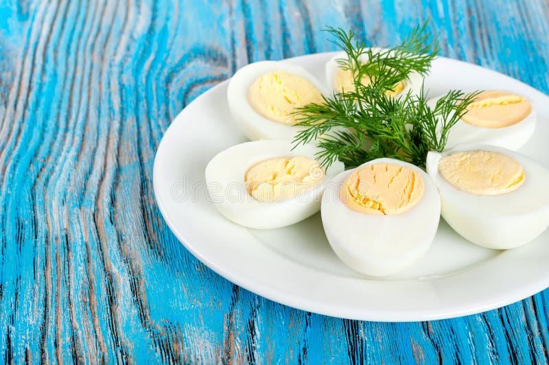 Кипеть яичка курицы и зеленый укроп стоковые фото