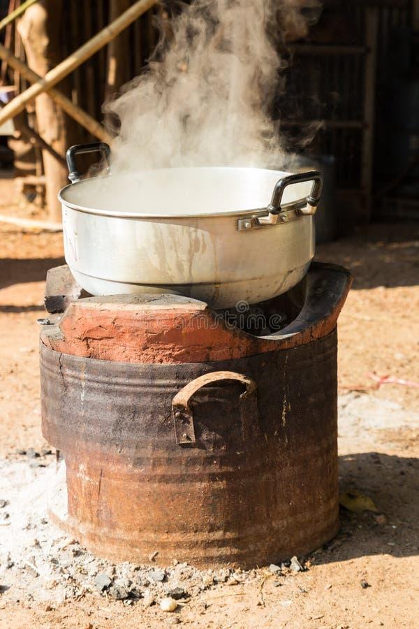 Кипяток в традиционном баке на плите угля стоковая фотография