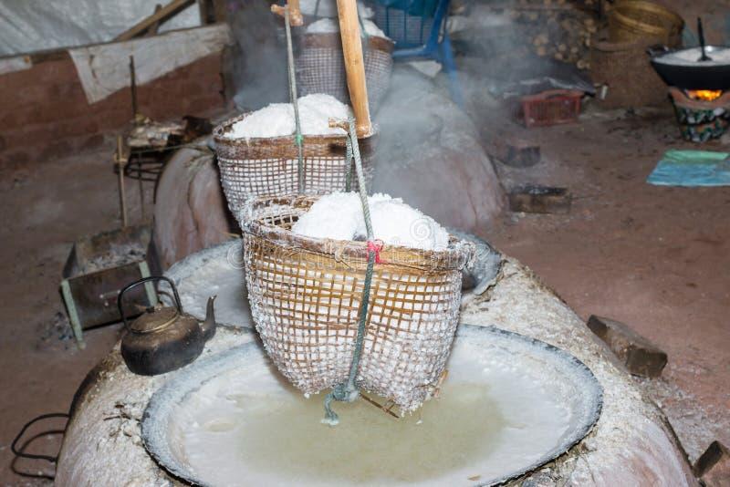 Кипя каменная соль от грунтовой воды стоковые изображения rf