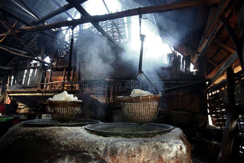 Кипя каменная соль стоковая фотография rf