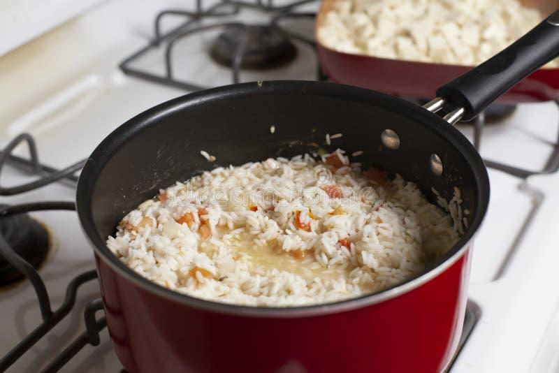 Кипя рис в огромном баке стоковая фотография