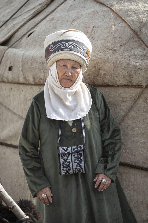 Киргизская дама в традиционном обмундировании стоковые изображения rf
