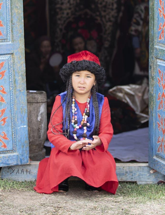 Киргизская дама в традиционном обмундировании стоковые фотографии rf