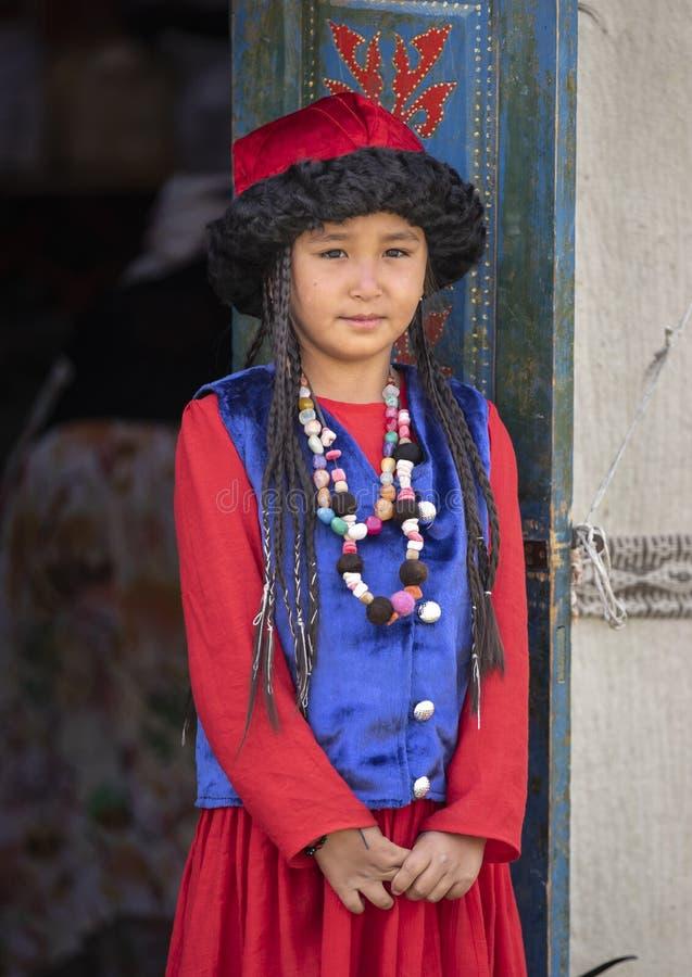 Киргизская дама в традиционном обмундировании стоковая фотография rf