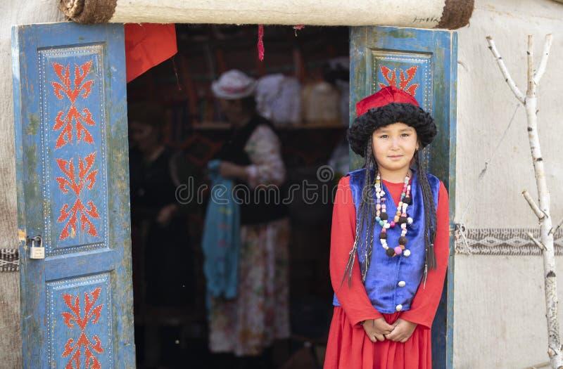 Киргизская дама в традиционном обмундировании стоковые фото