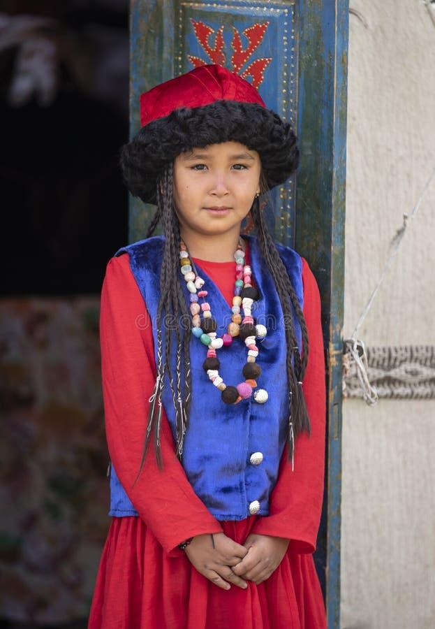 Киргизская дама в традиционном обмундировании стоковые изображения