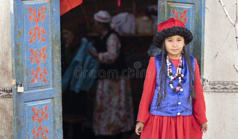 Киргизская дама в традиционном обмундировании стоковое фото rf