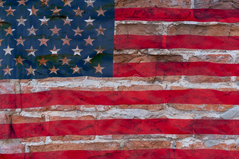 Кирпичная стена Брауна на предпосылке американского флага Концепция кризиса стоковые изображения