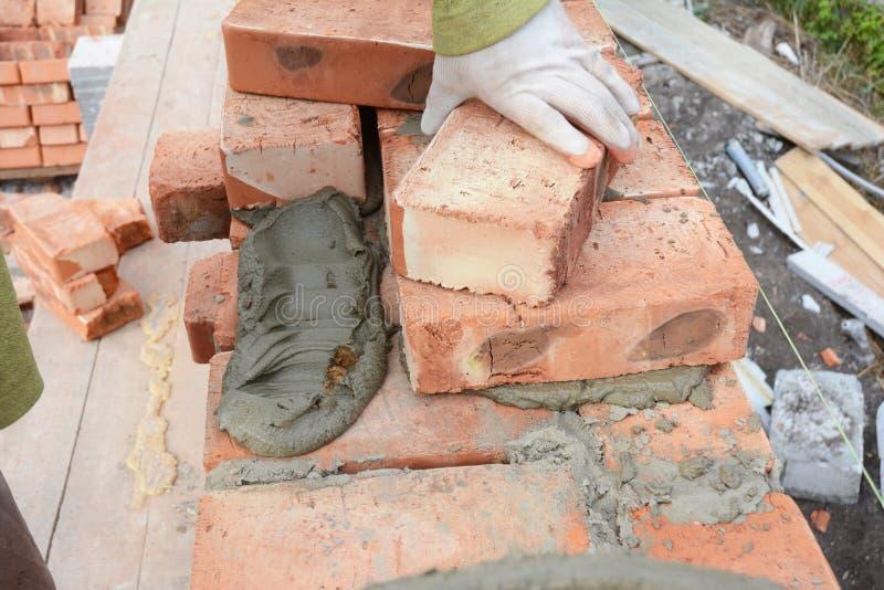 Кирпичная стена дома bricklaying каменщика стоковое изображение