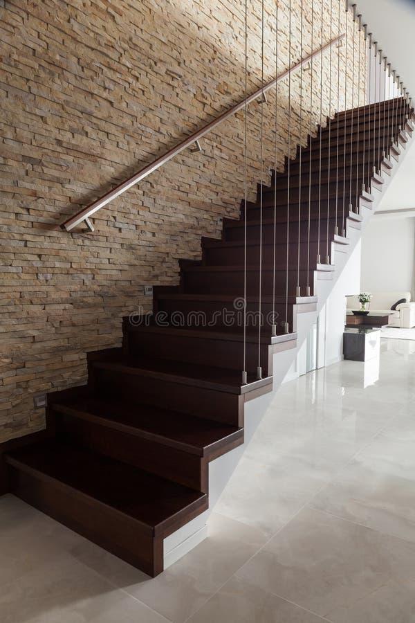 Кирпичная стена и деревянные лестницы стоковая фотография rf