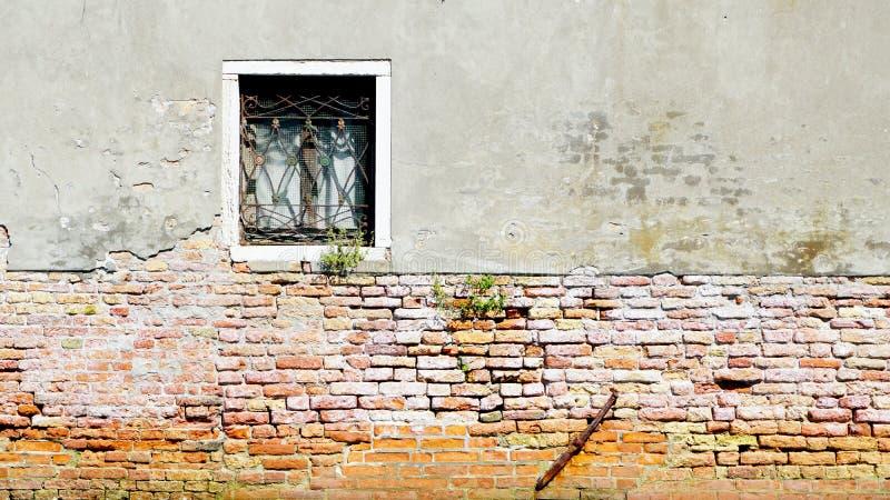 Кирпичная стена окна и старой стены спада половинная стоковые изображения