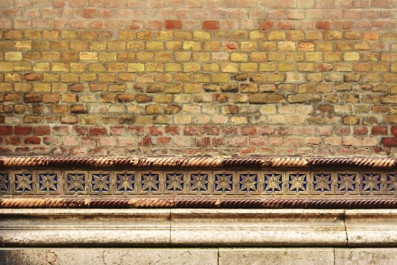 Кирпичная стена с деталями - предпосылка Synagoge стоковое фото rf