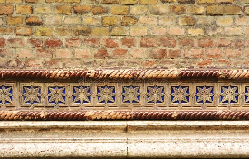 Кирпичная стена с деталями - предпосылка Synagoge стоковые изображения