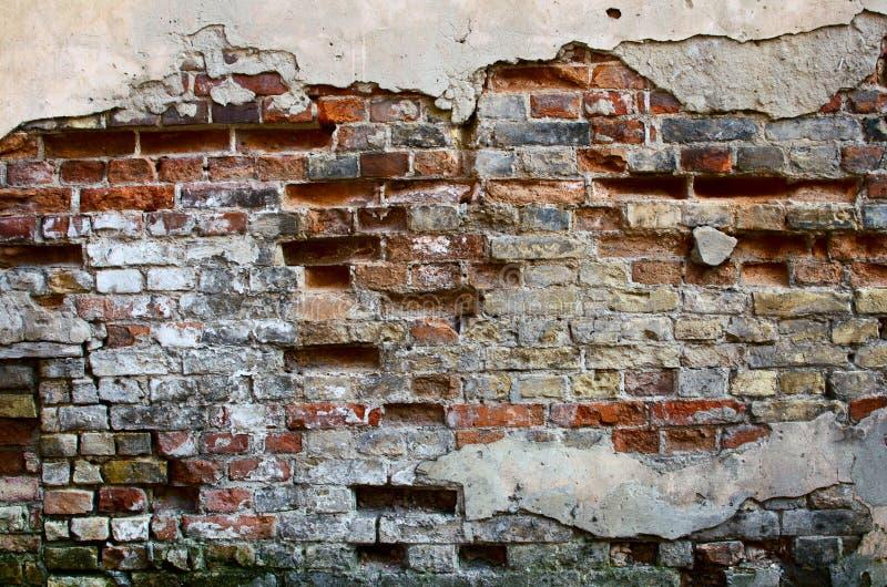 Кирпичная стена с треснутым гипсолитом стоковые фото
