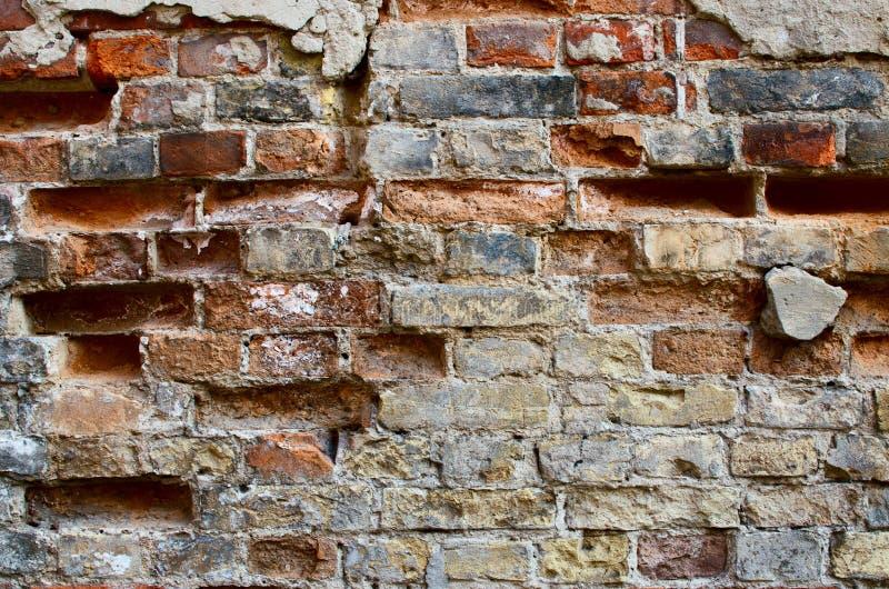 Кирпичная стена с треснутым гипсолитом стоковое фото