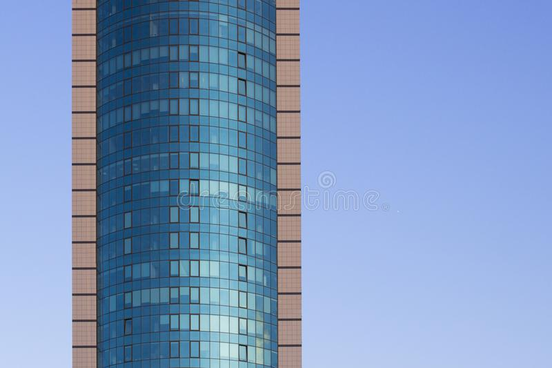 Кирпичное здание мульти-этажа под конструкцией, против предпосылки голубого неба Высокое здание мульти-рассказа небоскреб Голубое стоковые фото