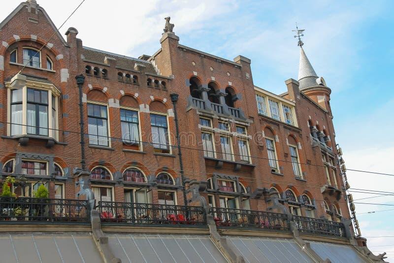 Кирпичное здание старого стиля в историческом центре города Амстердам, сеть стоковое фото rf