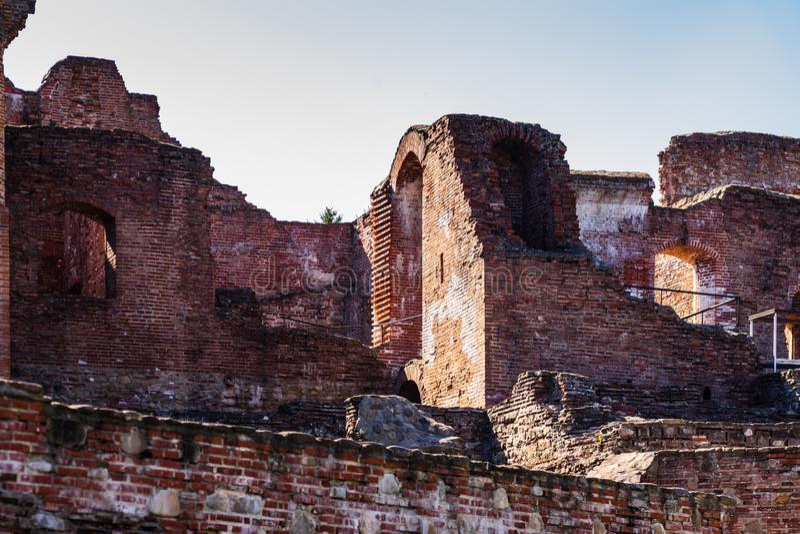 Кирпичные стены на королевском суде Targoviste, Румынии стоковое изображение rf