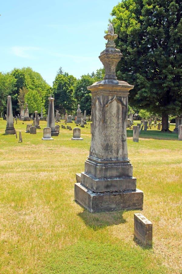Кислотный дождь на надгробном камне кладбища стоковое фото rf