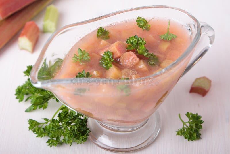Кислый и сладостный соус ревеня стоковое изображение rf