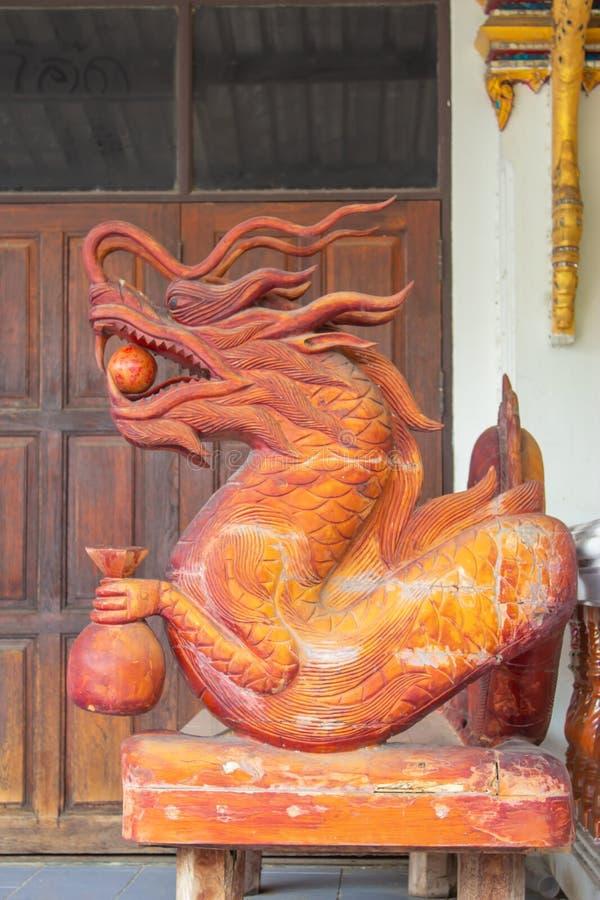 Китайская голова дракона сделанная из древесины стоковые изображения rf