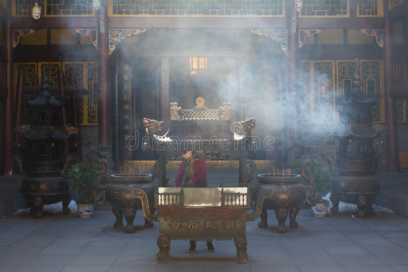 Китайская горелка ладана на виске с дымом стоковое фото rf