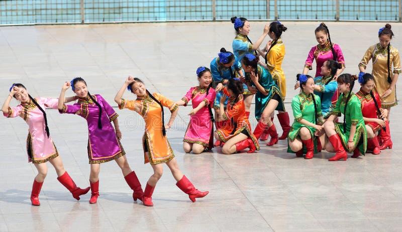 Китайская девушка нося национальные костюмы танцует стоковое фото rf