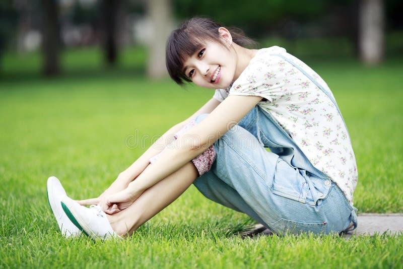 китайская девушка ослабляя стоковое фото