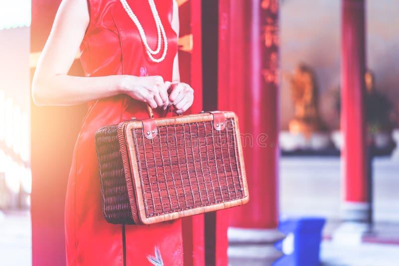 Китайская девушка с концепцией перемещения деревянного багажа винтажной азиатской стоковая фотография rf