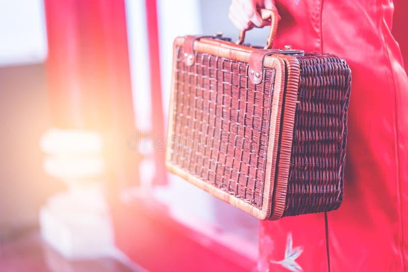 Китайская девушка с концепцией перемещения деревянного багажа винтажной азиатской стоковые фотографии rf