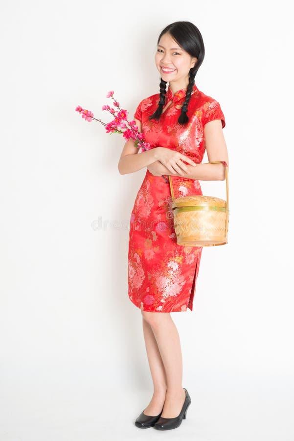 Китайская девушка держа корзину подарка и цветение сливы стоковое фото rf