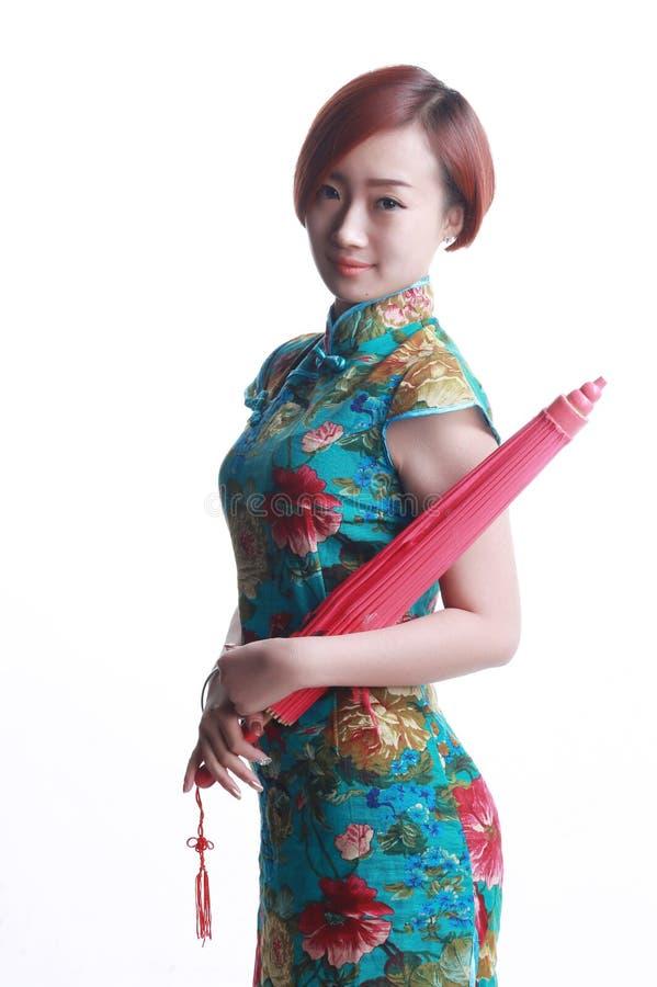 Китайская девушка нося зонтик cheongsam стоковое изображение