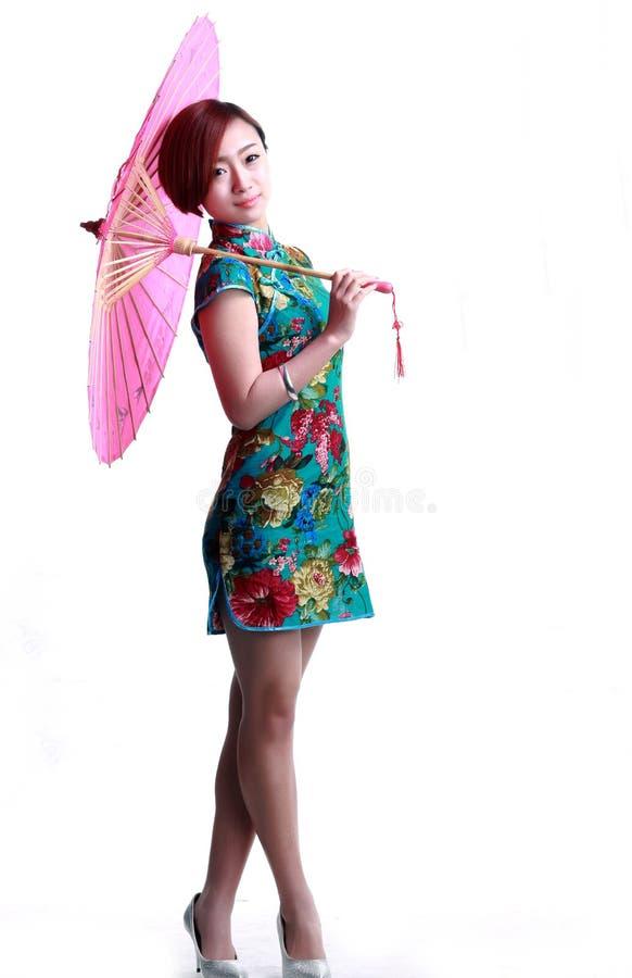 Китайская девушка нося зонтик cheongsam стоковые изображения