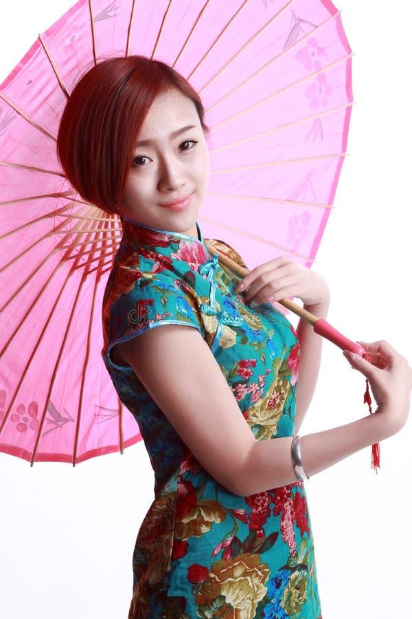 Китайская девушка нося cheongsam. стоковое фото