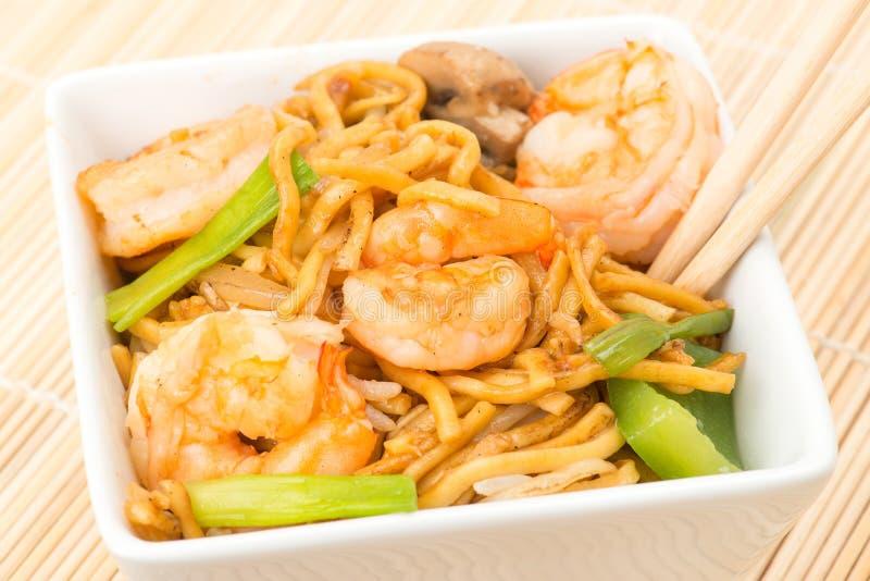 Китайская еда - креветки с лапшами зажаренными stir стоковая фотография rf