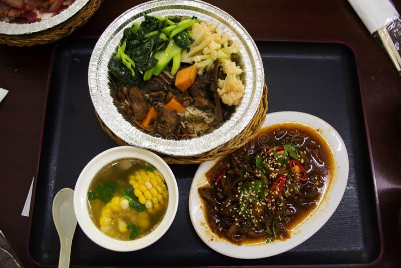 Китайская еда установила рис покрывая с соусом утки чирея сладким коричневым с супом овоща и мозоли ясным и зажаренными пряными м стоковая фотография rf