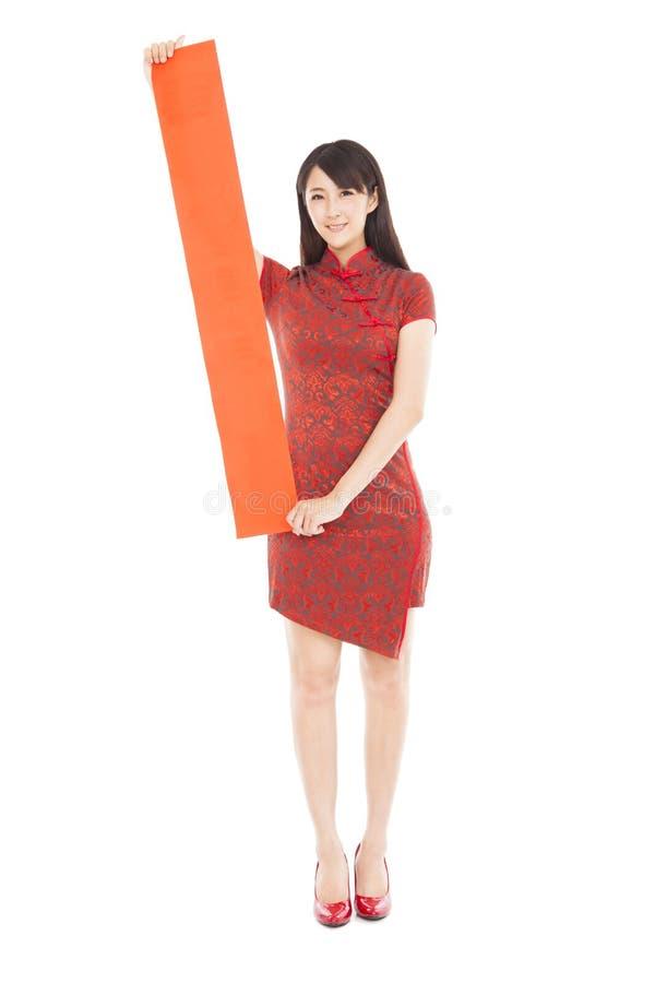 Download Китайская женщина держа пустые красные двустишие Стоковое Фото - изображение насчитывающей длина, женщина: 33736016