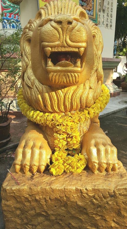 Китайская золотая скульптура льва стоковое изображение