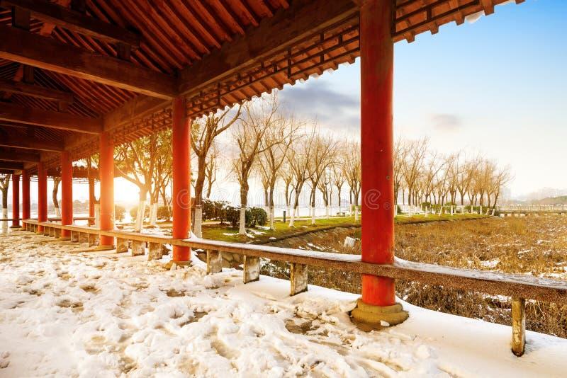 Download Китайская классическая архитектура: галерея Стоковое Изображение - изображение насчитывающей корридор, красно: 37930663
