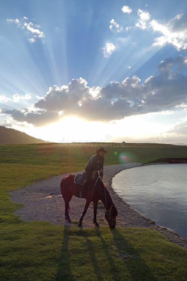 Китайская лошадь езды пастухов казаха стоковая фотография