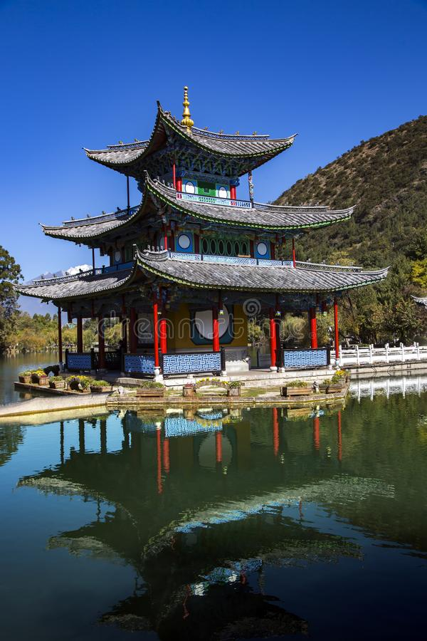 Китайская пагода отраженная в пруде дракона воды черном стоковое фото rf