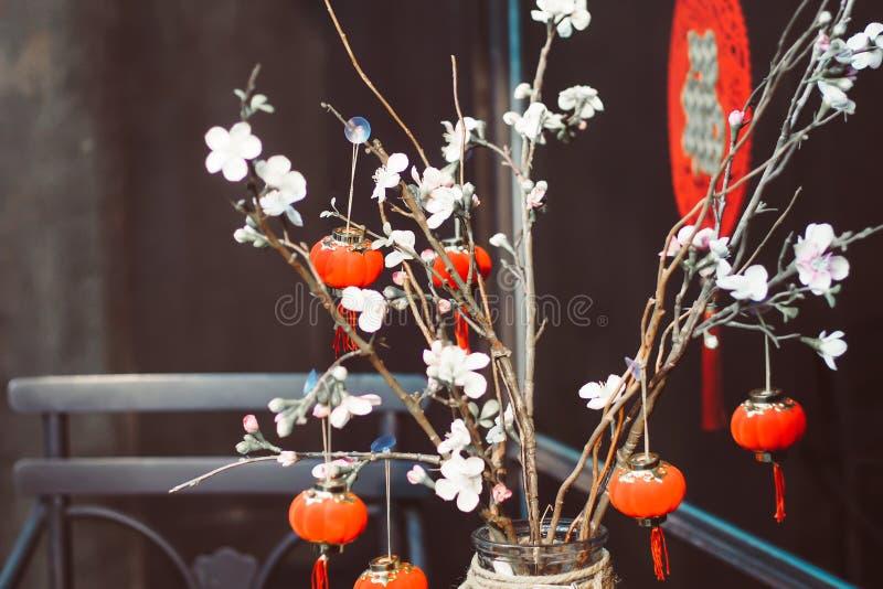 Китайская предпосылка Нового Года Красная зацветая Сакура разветвляет стоковая фотография