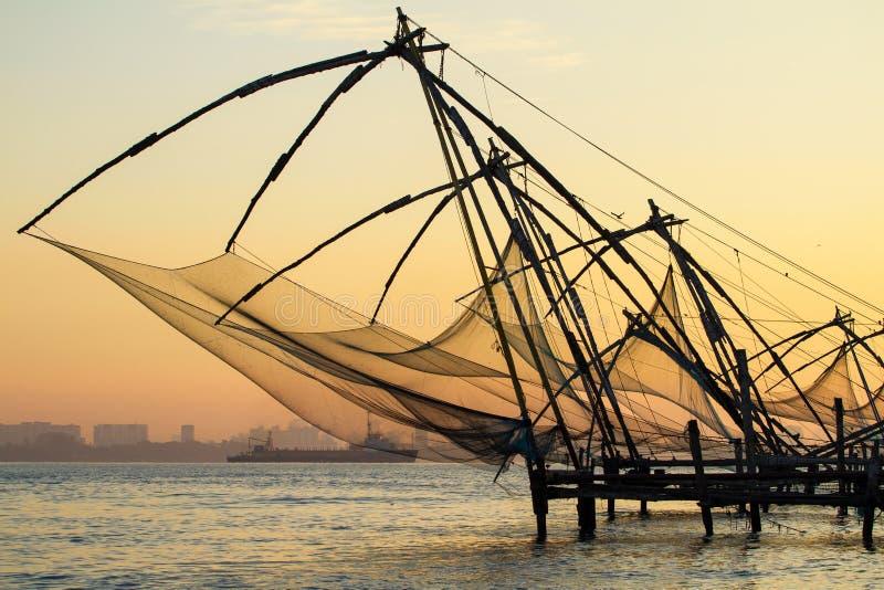 Китайская рыболовная сеть на восходе солнца в Cochin (форте Kochi) стоковые фотографии rf