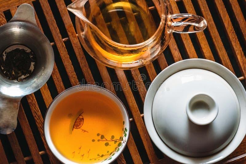 Китайская церемония чая, взгляд сверху комплекта чая, Gaiwan, piala, шар и деревянная таблица чая стоковая фотография rf