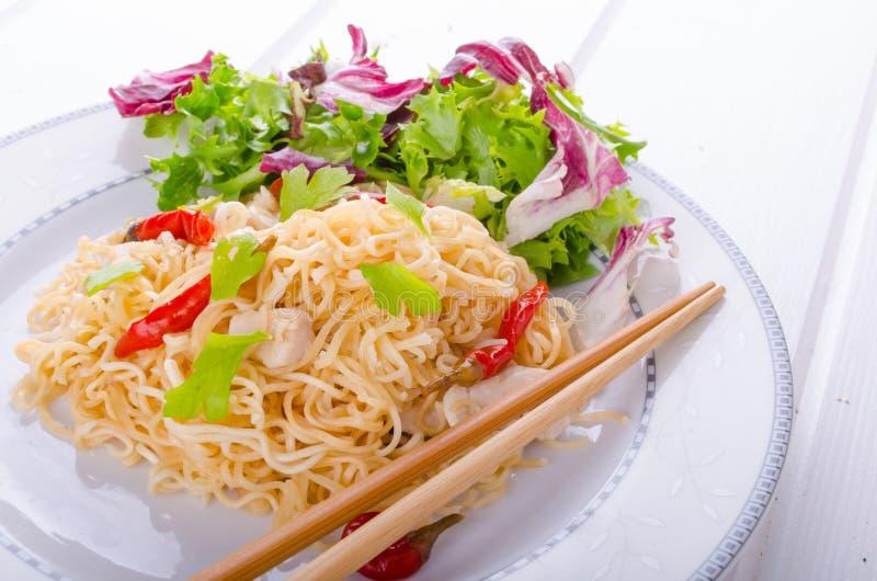 Китайские лапши с цыпленком и свежим салатом стоковое изображение