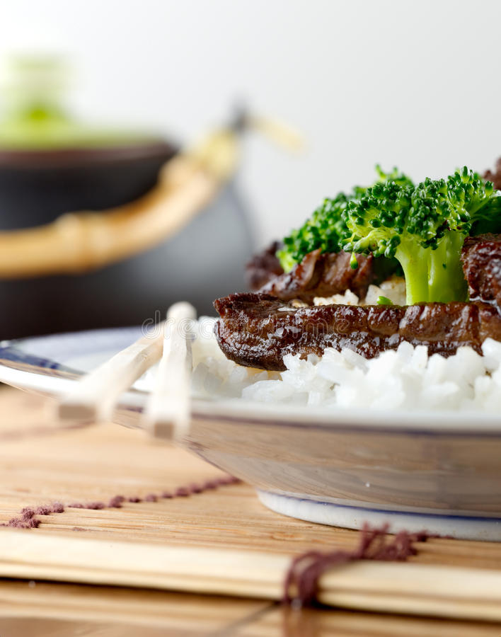 Китайские говядина и брокколи на крупном плане риса стоковое фото