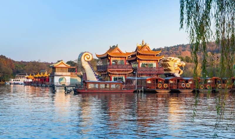 Китайские деревянные шлюпки, западное озеро, Ханчжоу, Китай стоковые фото