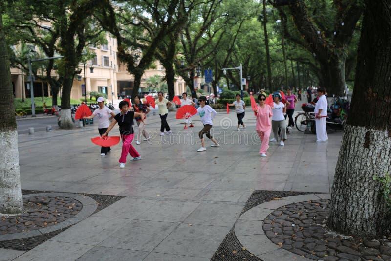 Китайские женщины танцуя публично стоковая фотография rf