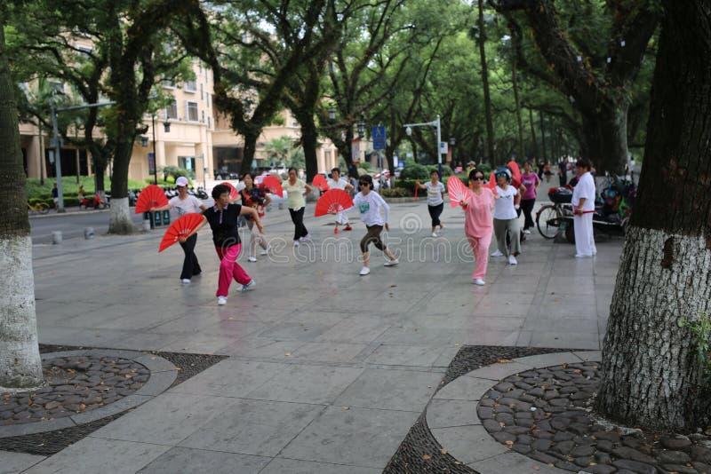 Китайские женщины танцуя публично стоковое изображение rf