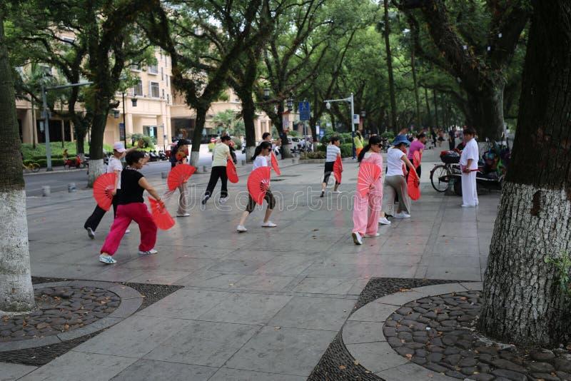 Китайские женщины танцуя публично стоковые фотографии rf